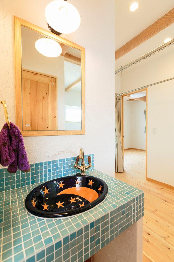 子ども達が成長した時のことを考えて2階にも洗面台を。シンクはご主人セレクト