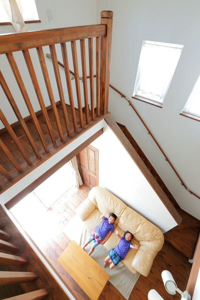 2階吹き抜けからリビングを見下ろす
