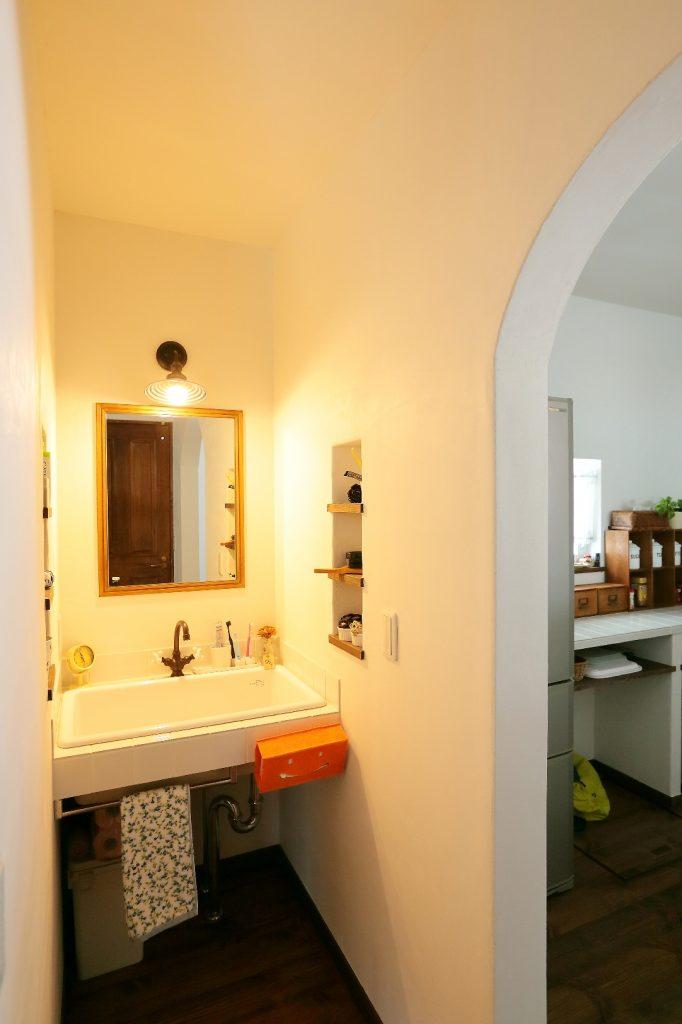 キッチン横のアールの垂れ壁をくぐると大きなシンクの洗面台が