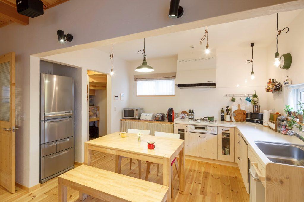 収納力の高いパントリーが◎動きやすいL字型キッチン