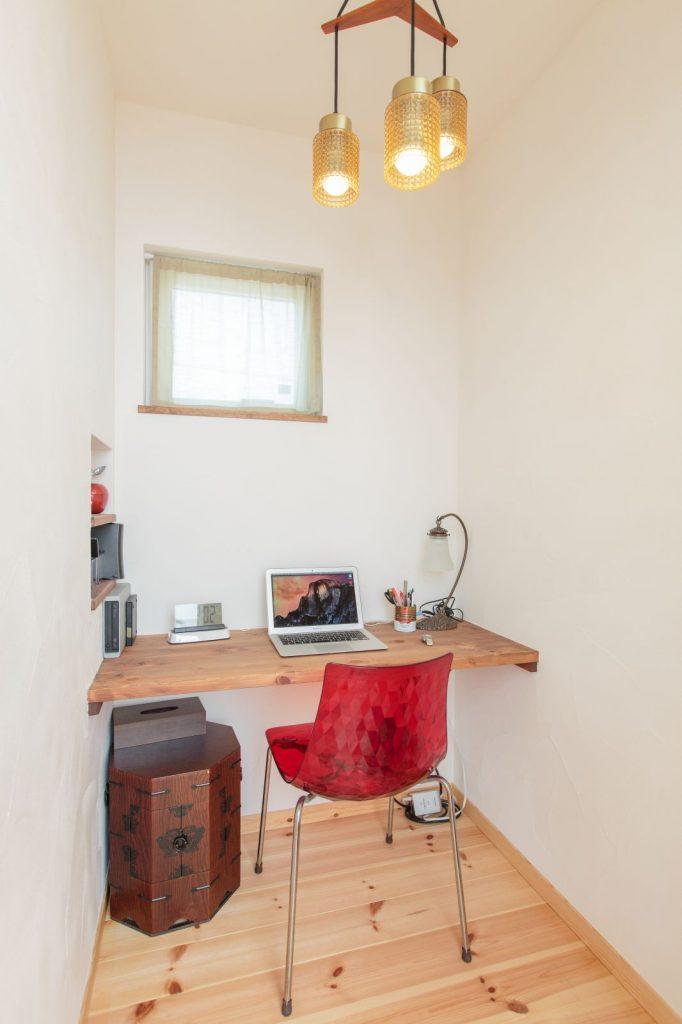 書斎のニッチは空間のアクセントに。使い勝手もいい