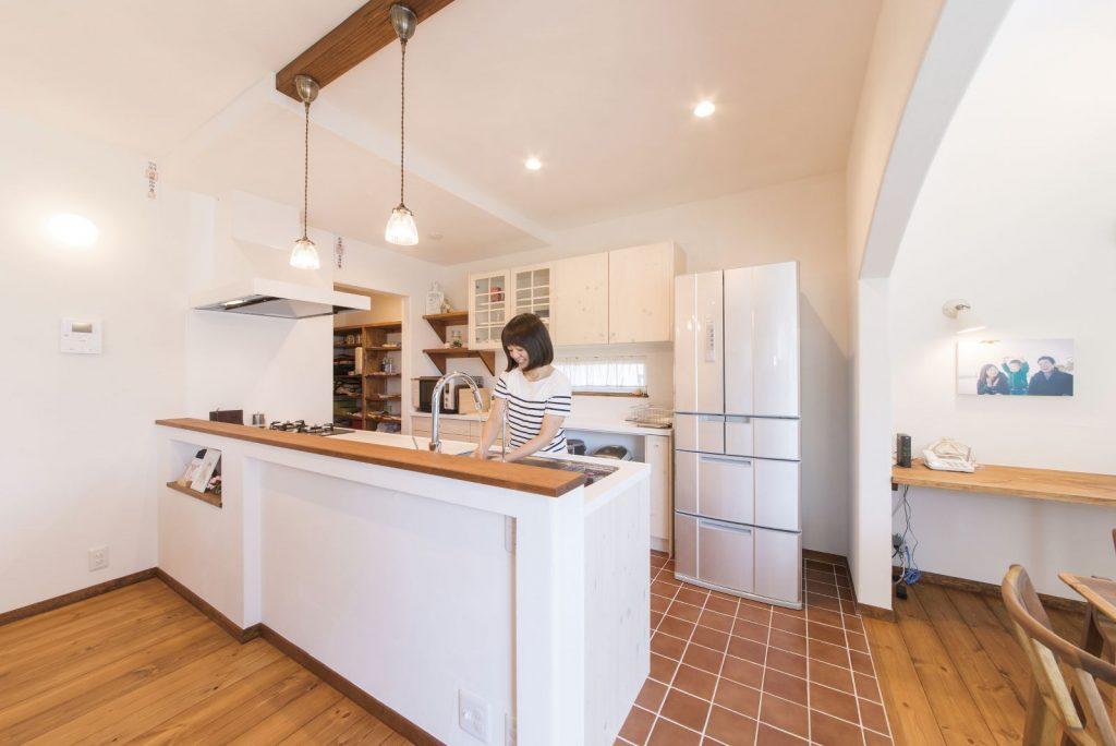 キッチンは防水も兼ねてタイルの床を採用