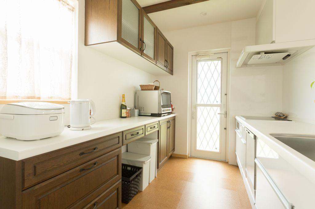 収納力のある明るいキッチン