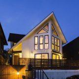 大屋根と三角窓が特徴の、木の温もりを感じる家