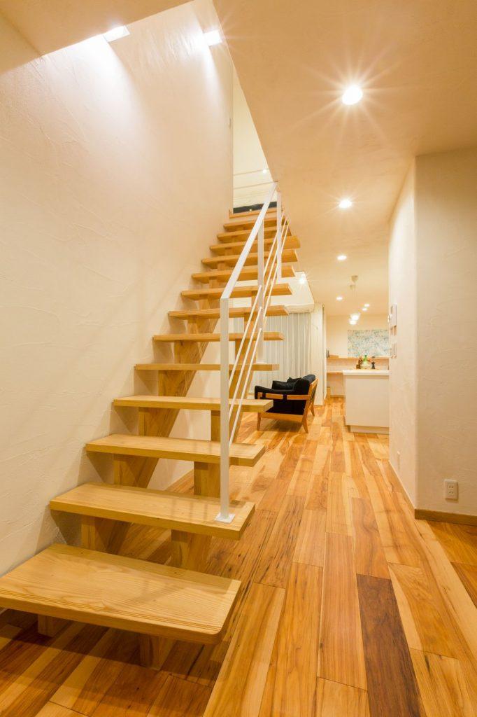 アッシュ材で造作したストリップ階段。フォルムが美しく、空間を広く見せるのに効果的。