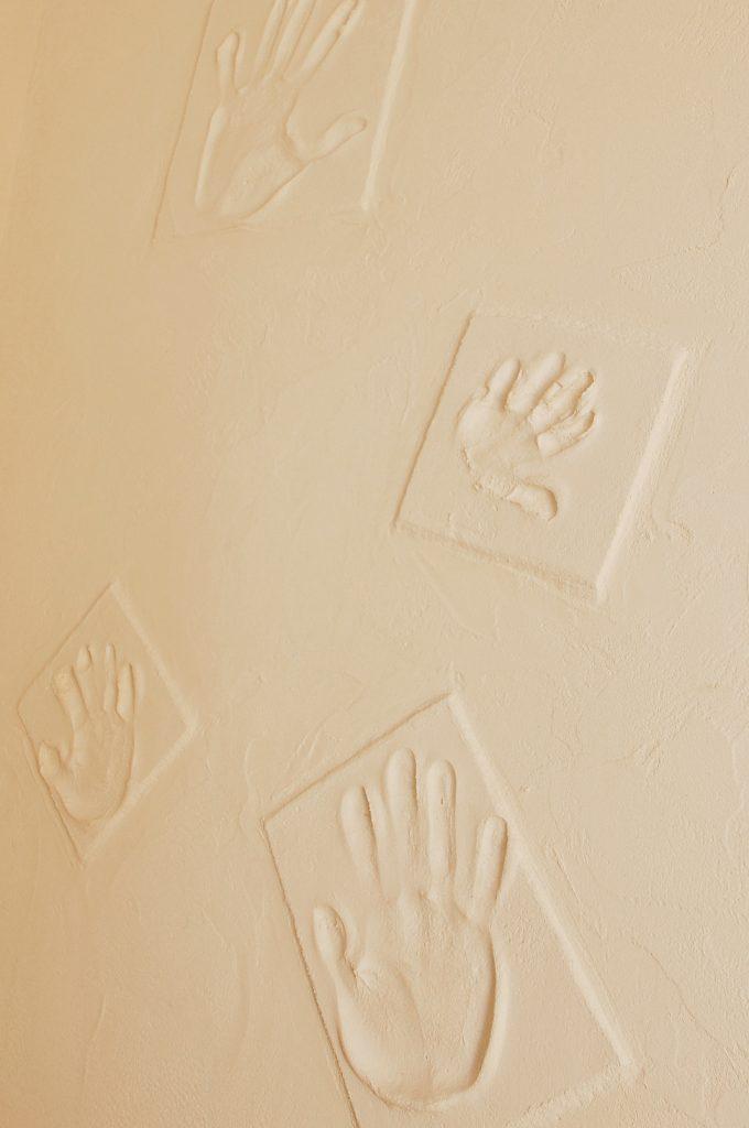 階段部分の壁には家族の手形をつけて記念に。