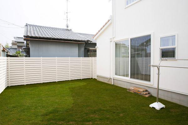 ガレージを通り抜けると、開放的なプライベート空間の広がる中庭