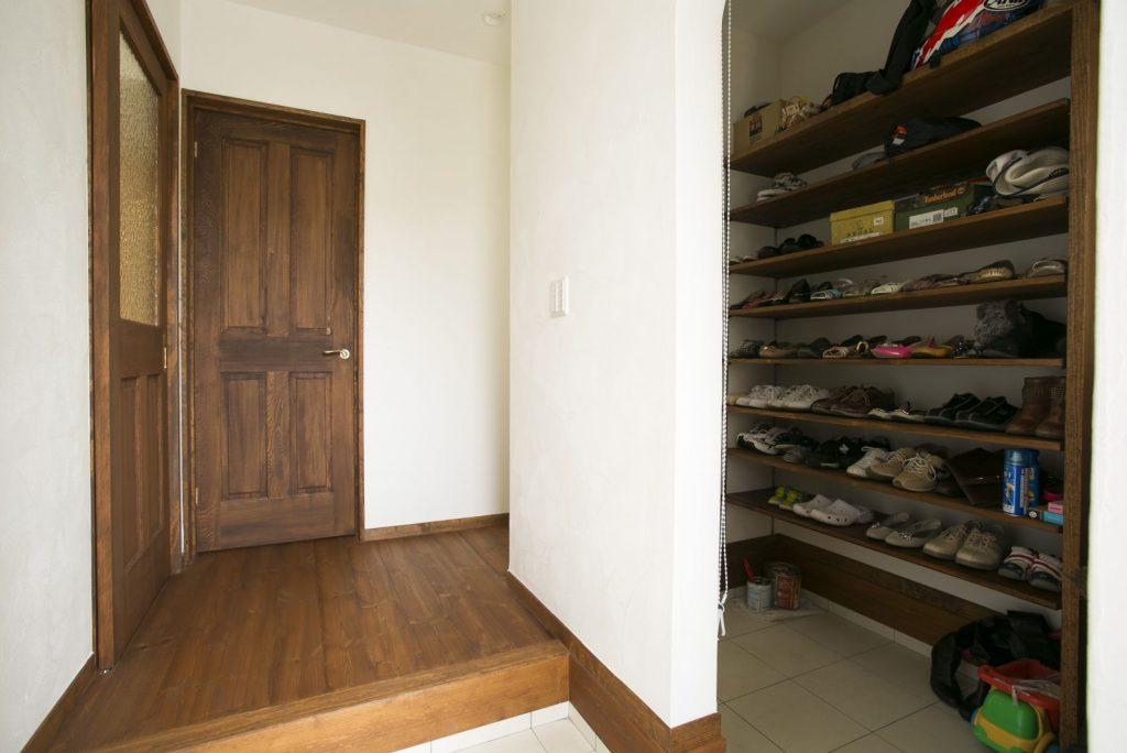 広いシューズクロークに玄関まわりのものをまとめて収納。