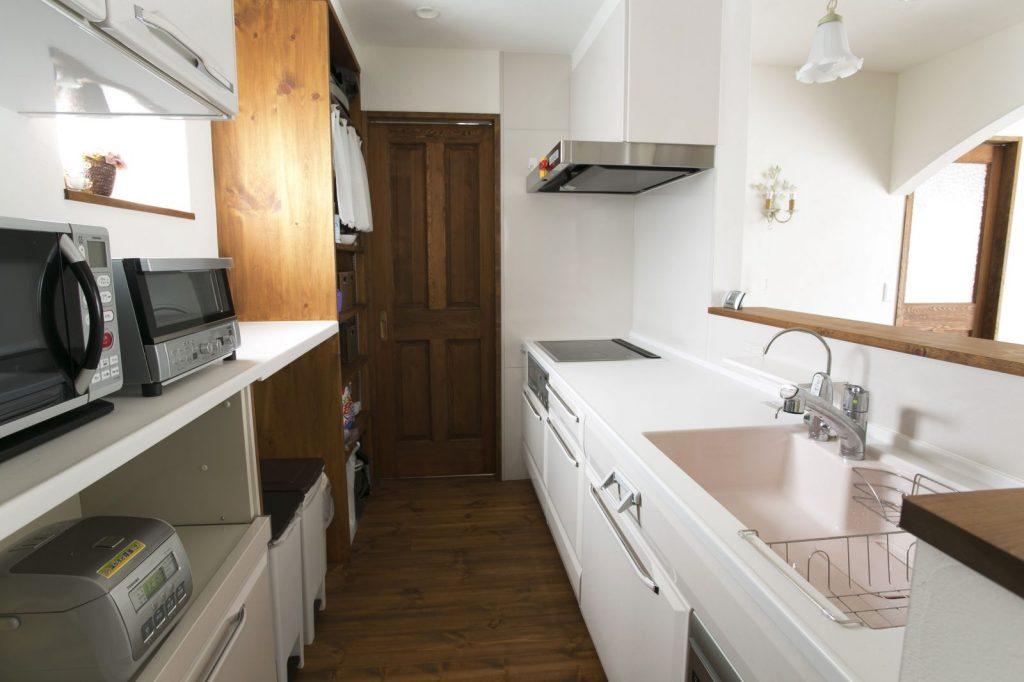 リビングからも見えるクラシックな雰囲気の棚がアクセントのキッチン。