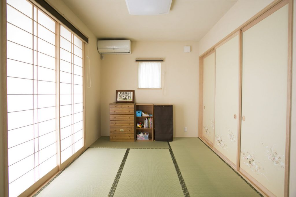 リビングに続く和室。壁や襖の色味がリビングと揃えられているので、和洋の違和感なく空間につながっている。