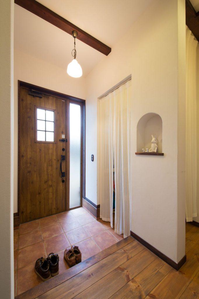 明るさにこだわった玄関にはシューズクロークも設置。ドアや照明、R型のニッチが可愛らしい