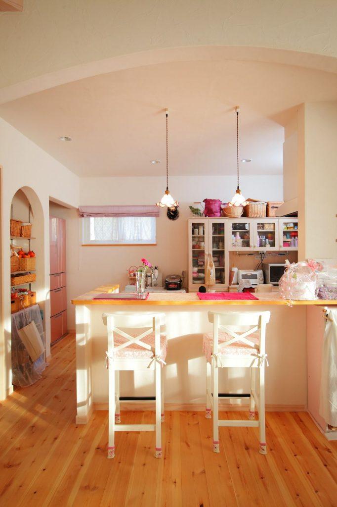 キッチンカウンターの高さもイスに合わせて調整した