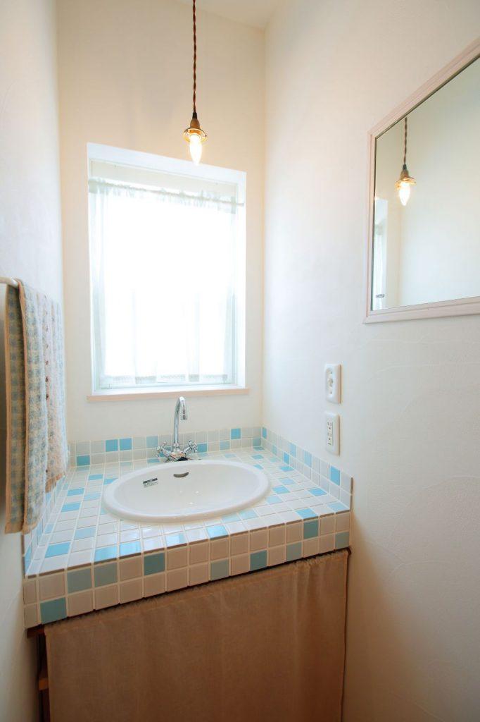 さわやかな色合いの2階:洗面スペース