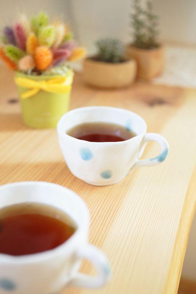 奥様手作りのティーカップも温かみがあって素敵