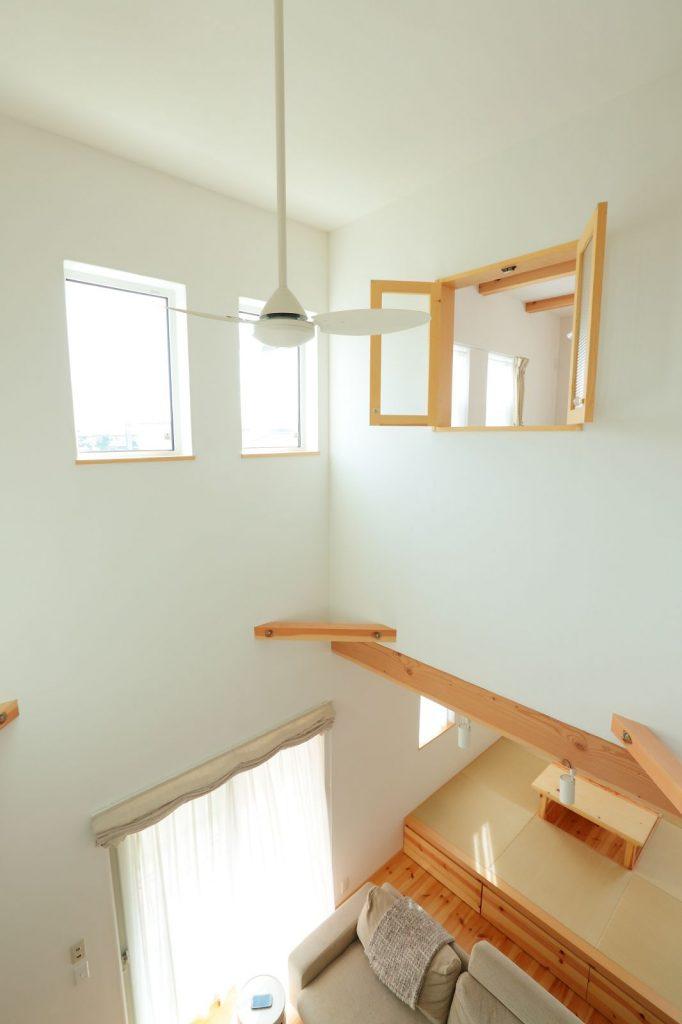 2階の居室には小窓を設けて、1階にいる家族と会話を楽しむこともできる