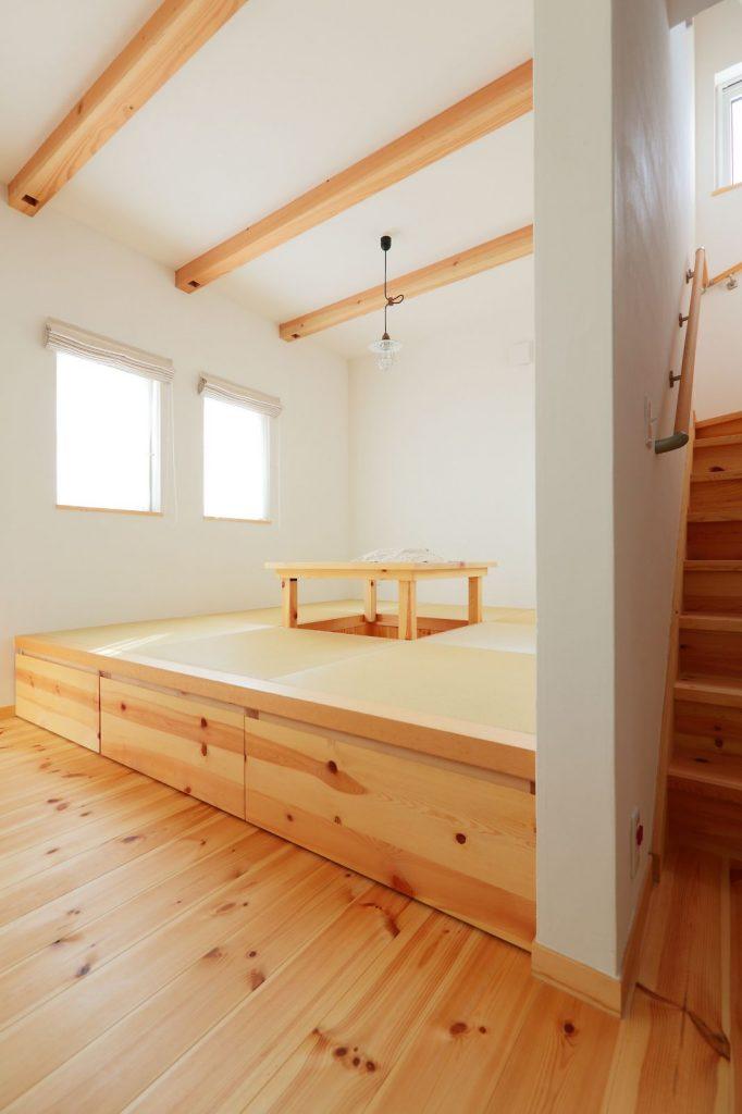 リビングで気楽に寝転がることも、座ることもできる小上がりの和室。畳の下は収納になっている