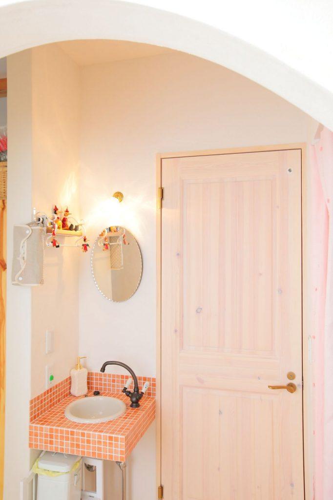 玄関のすぐ脇に設けたトイレと洗面台