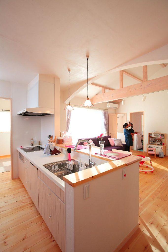 キッチンの扉も奥様が大好きだという白色で統一