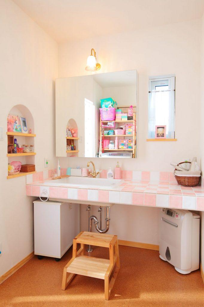 鏡の前に立つ時間が長くなりそうな洗面台
