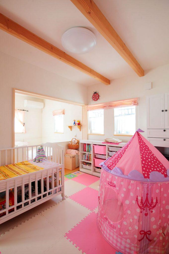 子ども部屋はカーテンやマット、おもちゃもピンクで統一