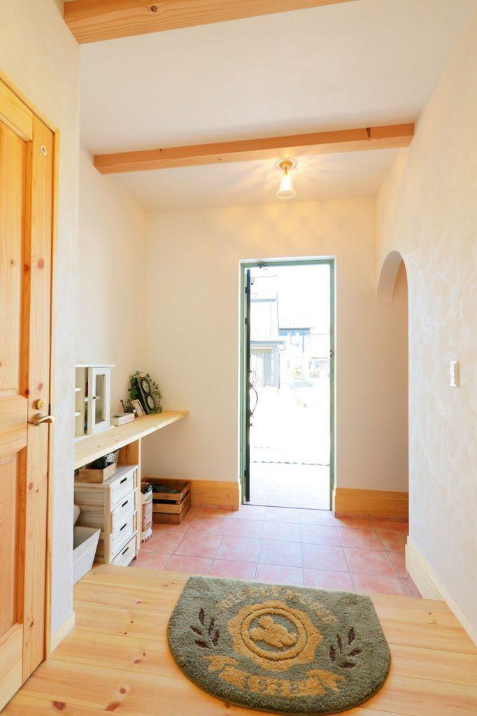 入った瞬間、無垢の木特融の香りが漂ってくる玄関ホール