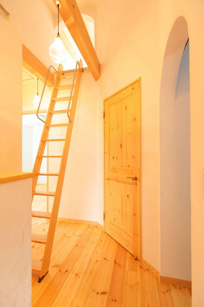 床面積が小さい分、ロフトを設けて収納スペースを確保