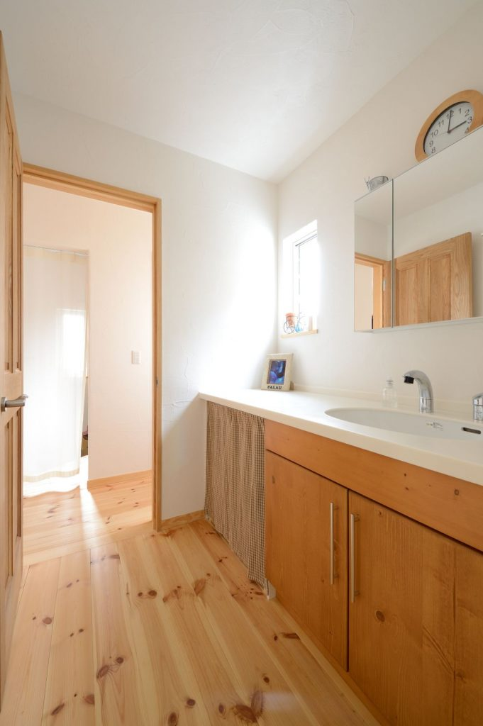背の高い奥様に合わせてオーダーした洗面はキッチンからも移動しやすい家事ラク動線