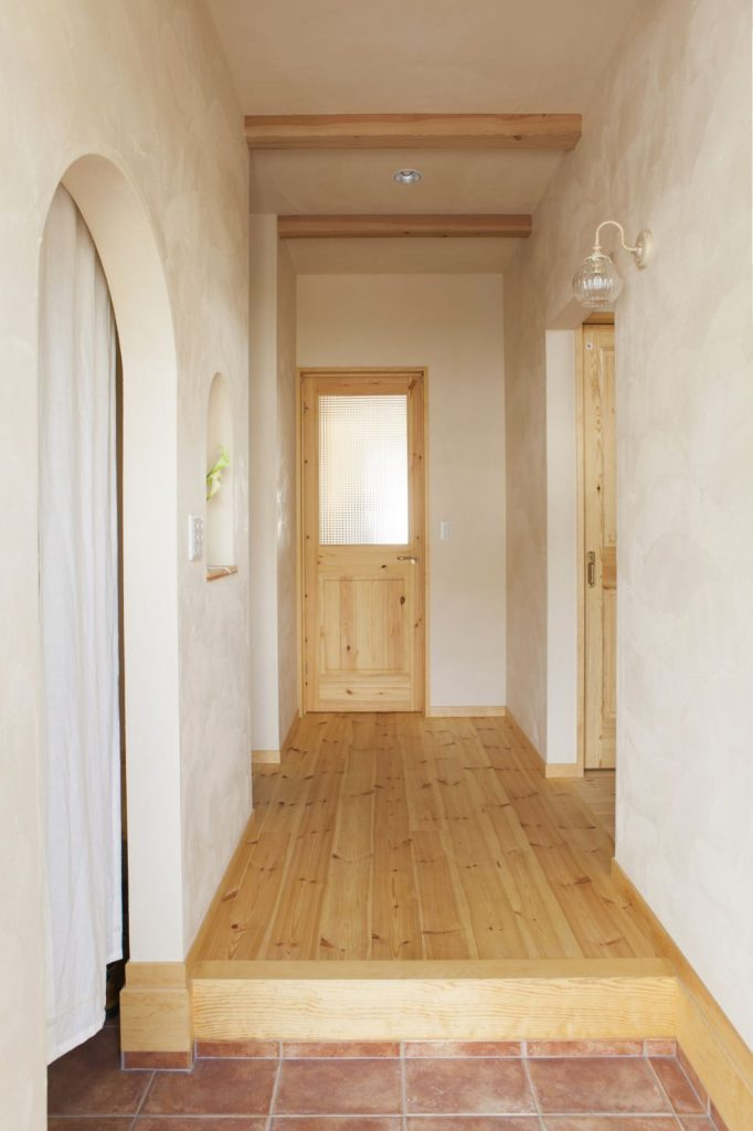 玄関に入ったとたんに空気が変わる。天然素材に包まれた、心地よい空間