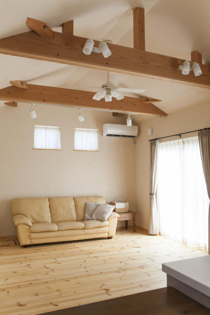 勾配天井のリビングは広々。天然木と漆喰がやさしい雰囲気を醸す