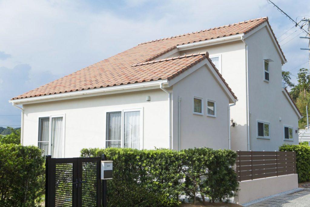 リビングの大屋根を実現しつつ、二階の眺望も確保。二棟を連結したような、逆コの字の屋根がユニーク。