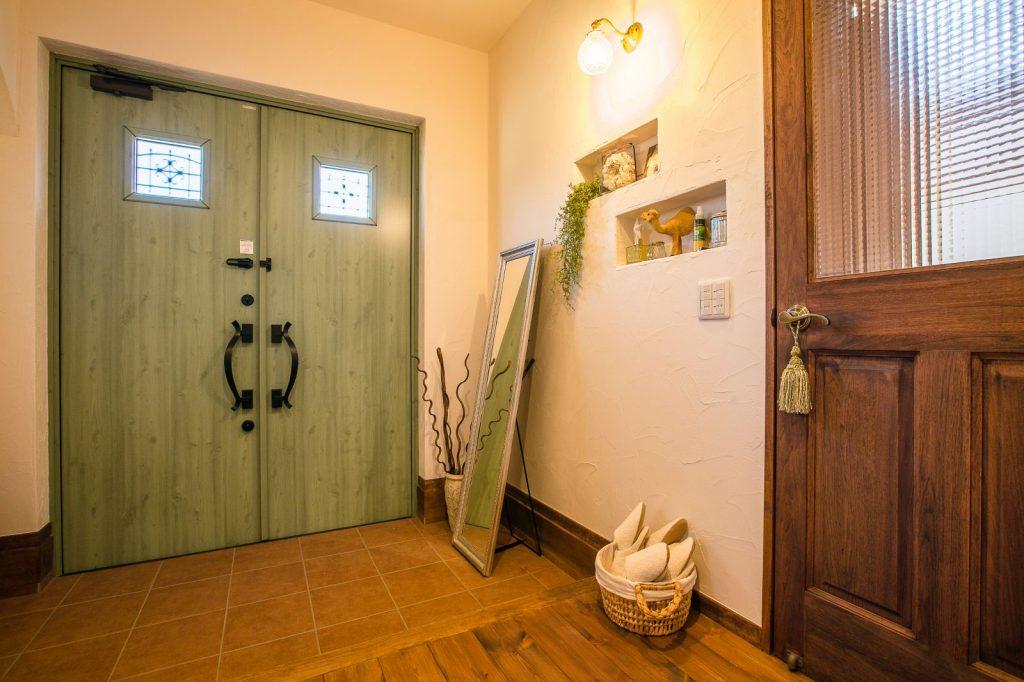 モスグリーンの両開き玄関ドア