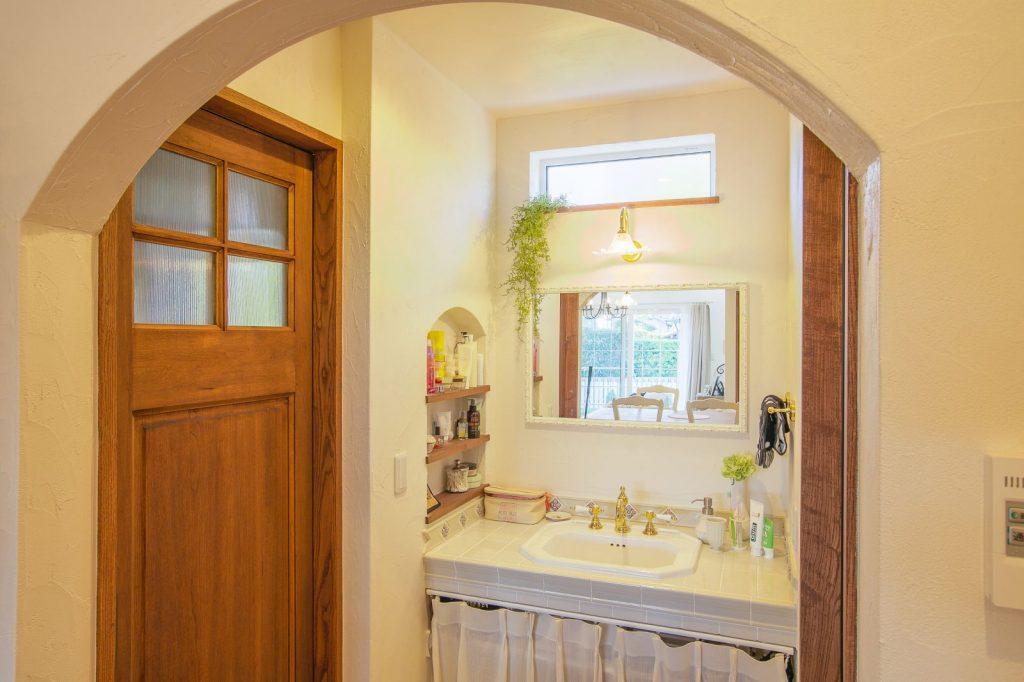 洗面台はあえて扉を設けず、見せる空間に
