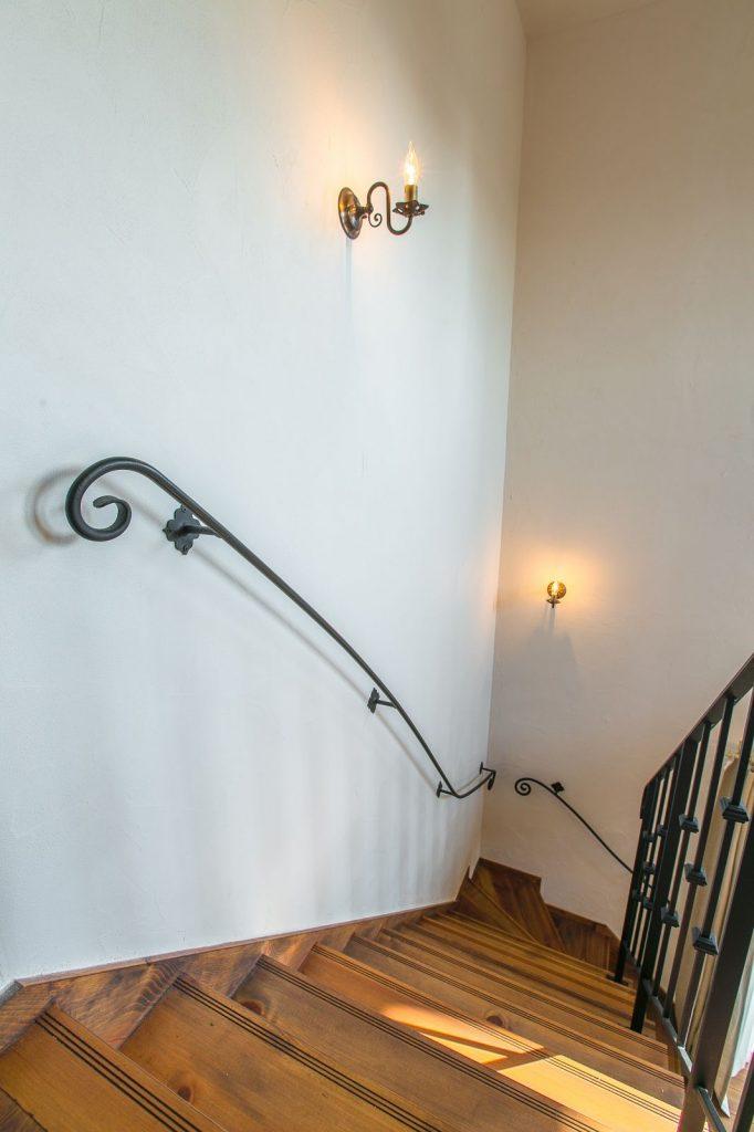 スペイン漆喰と手摺のコントラストが素敵