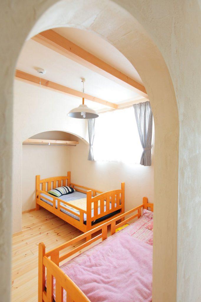 主寝室と子ども部屋はアールの垂れ壁でつながっている