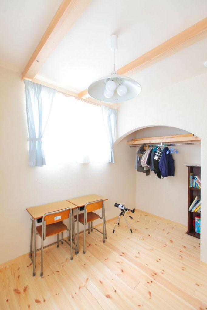収納部分のアールの垂れ壁も空間のアクセントになっている