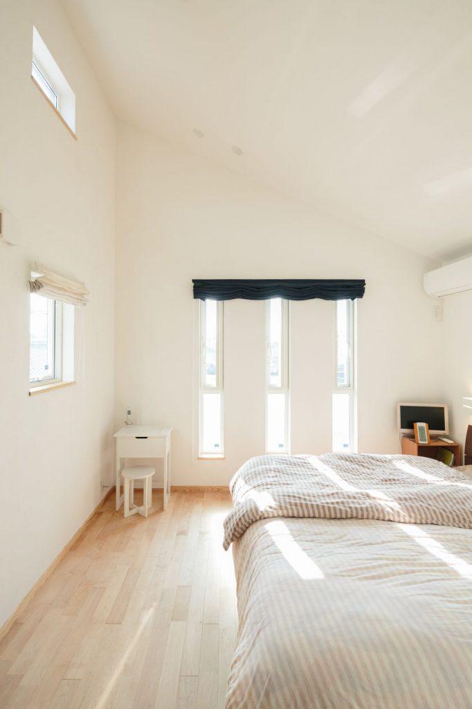 勾配天井の開放感あふれる寝室は月見も楽しめるハイサイドライトがポイント
