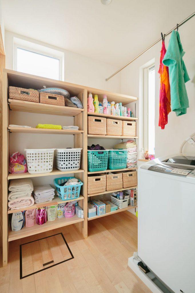 造作の棚のある脱衣室はそのまま部屋干しもできる