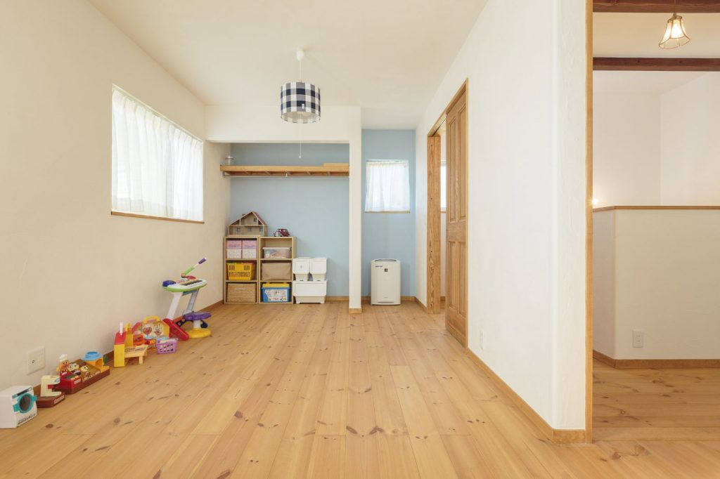 子ども部屋の壁は一部をブルーに染めてアクセントに