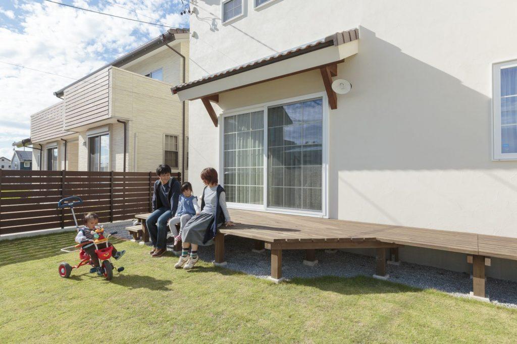 広いウッドデッキは庭と室内をつなぐアウターリビングとして大活躍