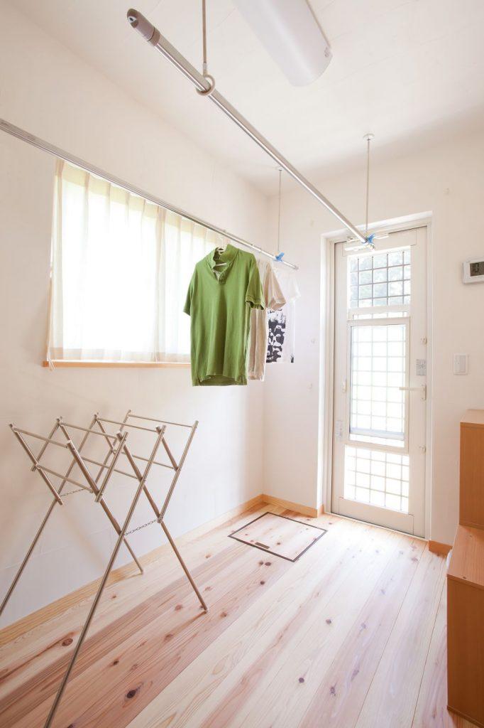 洗濯室⇔外⇔ウォークインクローゼットへの行き来もしやすい家事室