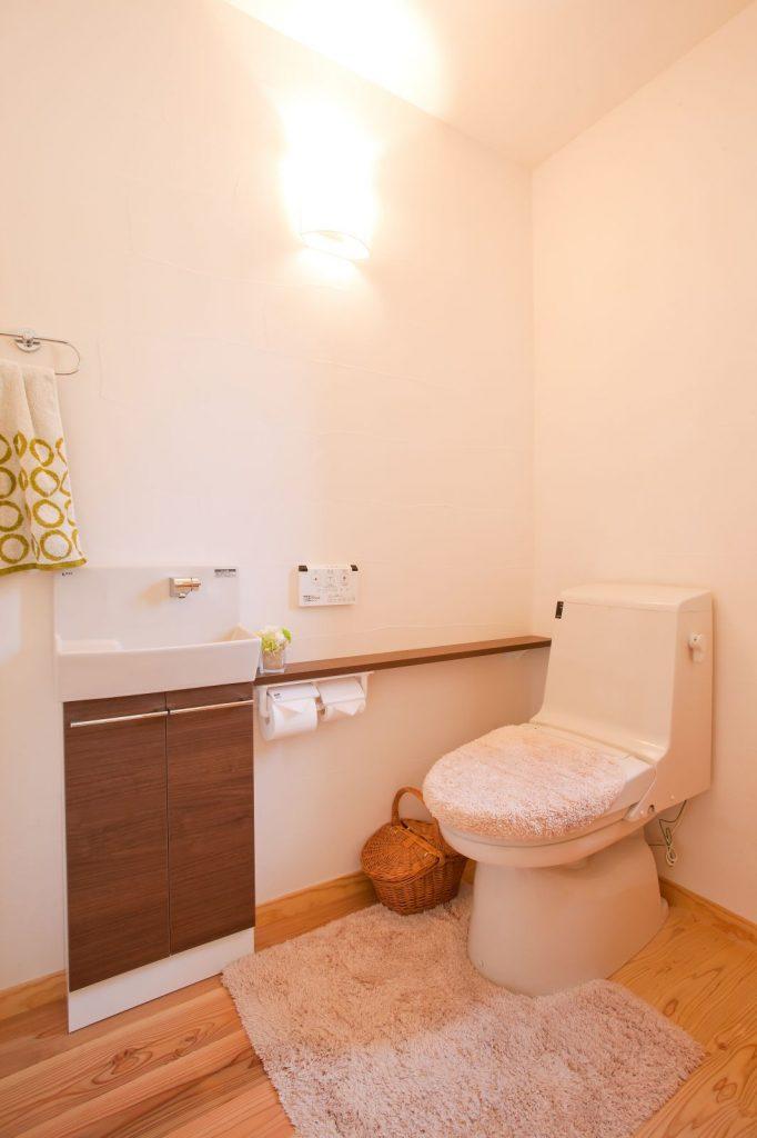 ご両親との同居など将来のことも考え、トイレは広く・手すりも設けた
