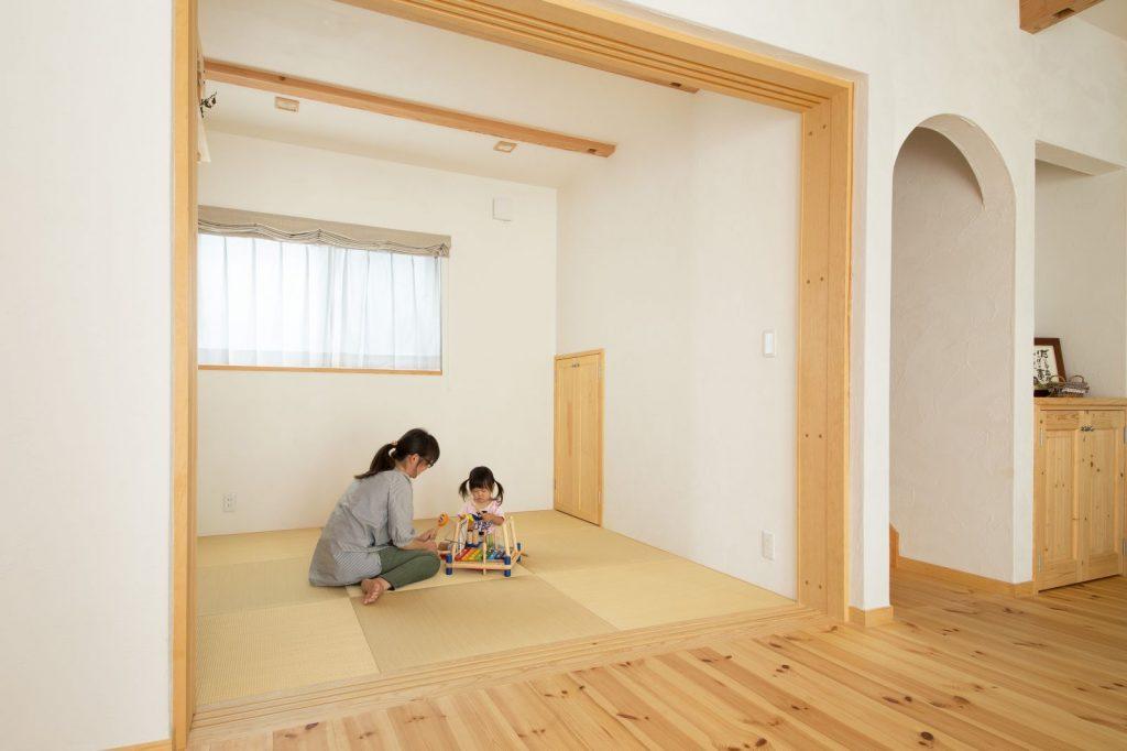 リビング横には多目的な和室もあり、人が集まる時などにも使用できて便利