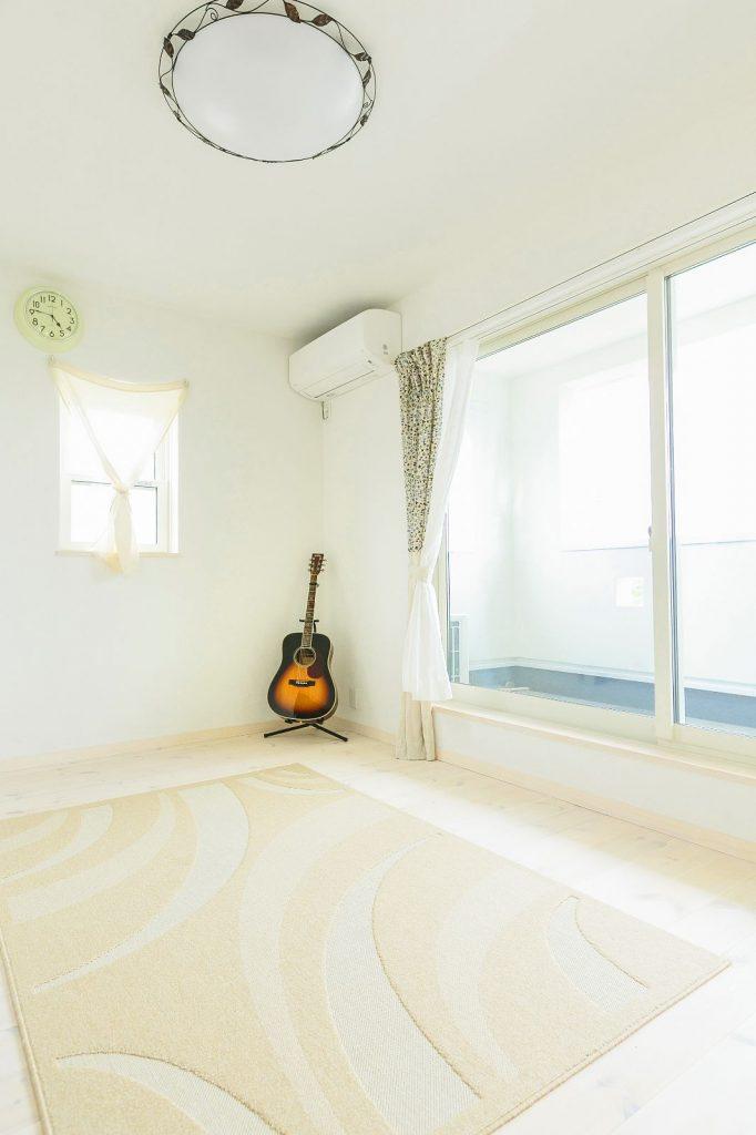 主寝室は梁は見せず、色も白に統一し、他の部屋と印象を変えた