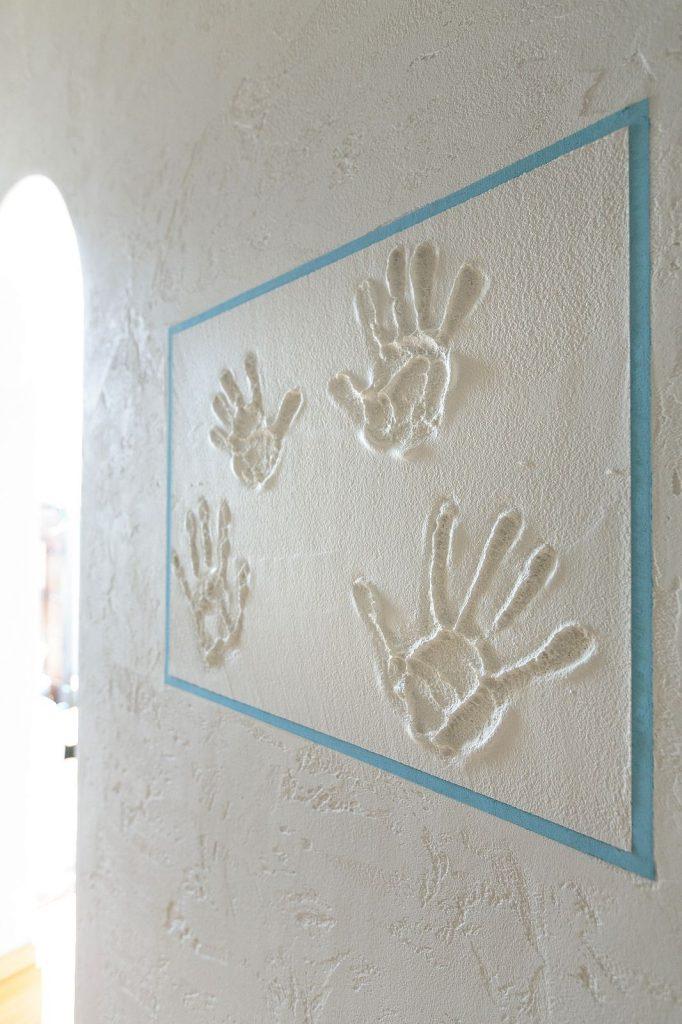 家族の記念に手形を。塗り壁だからこそ実現できる