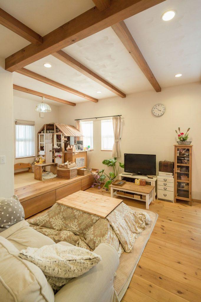 小上がりの畳スペースは腰をかけておしゃべりしたり、収納もついていて便利