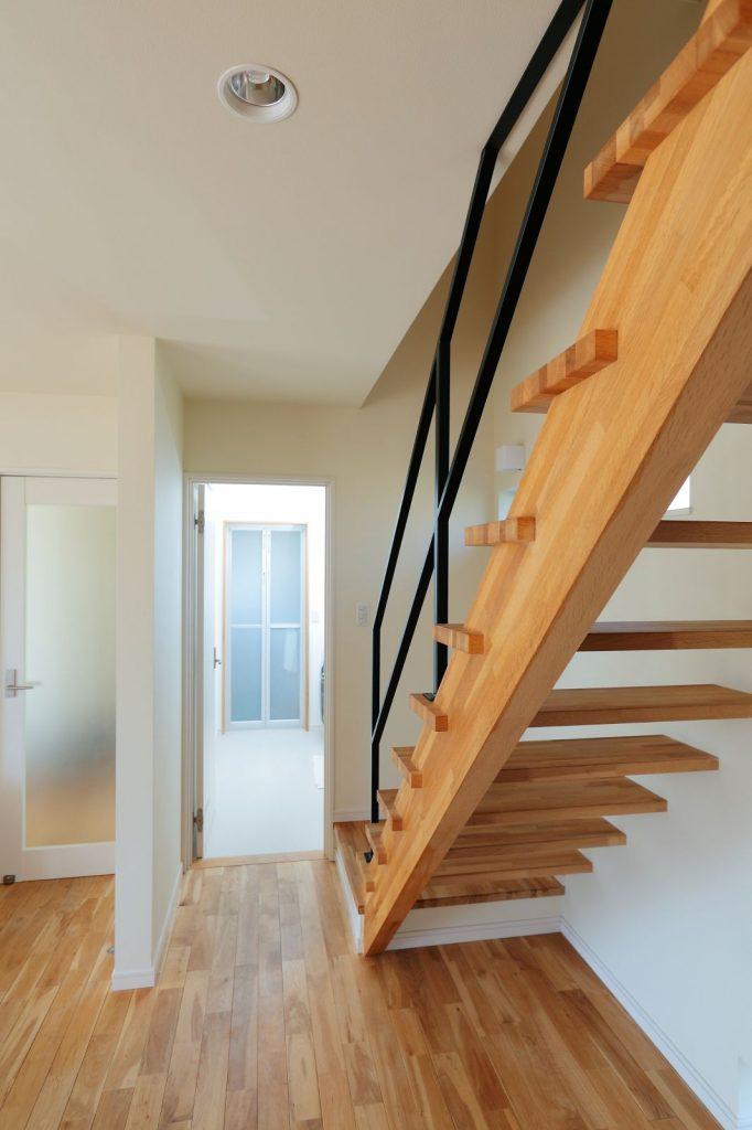 浴室・脱衣室・洗面⇔キッチンは一直線になるように配置。ストリップ階段も素敵
