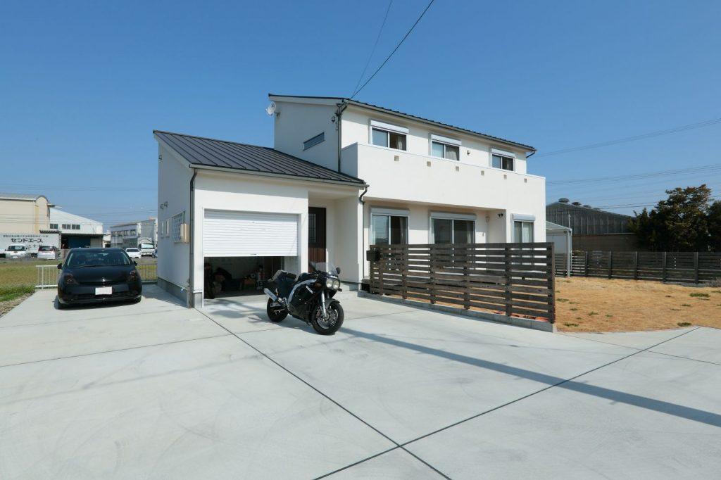 趣味を楽しむ、ガレージのあるシンプルモダンな家