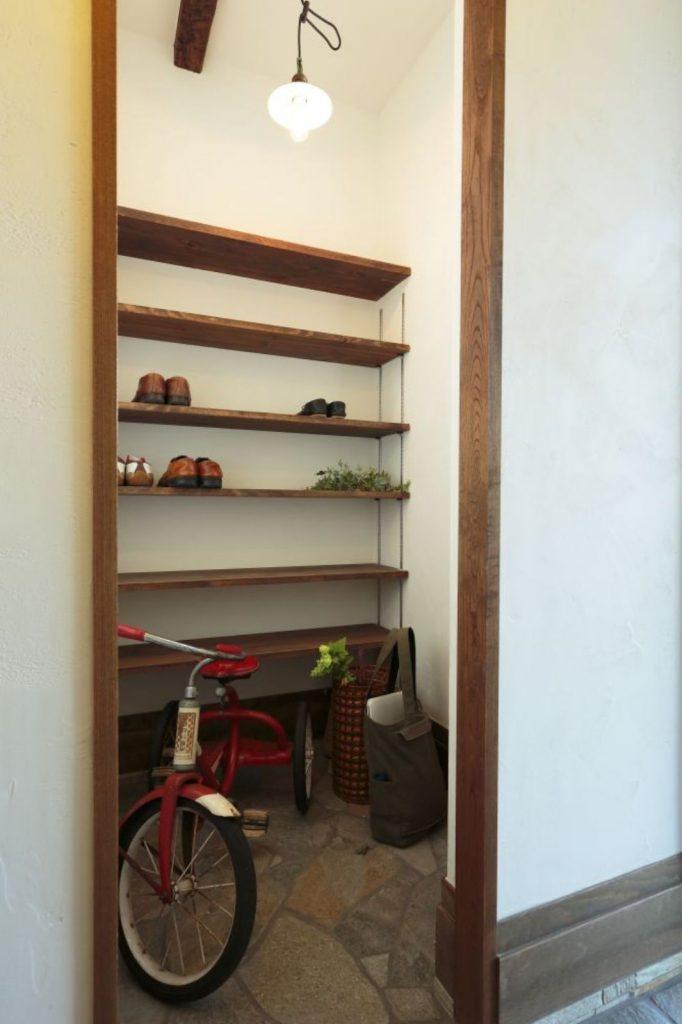 玄関横には自転車もすっぽり収まる大容量のシューズクロークが