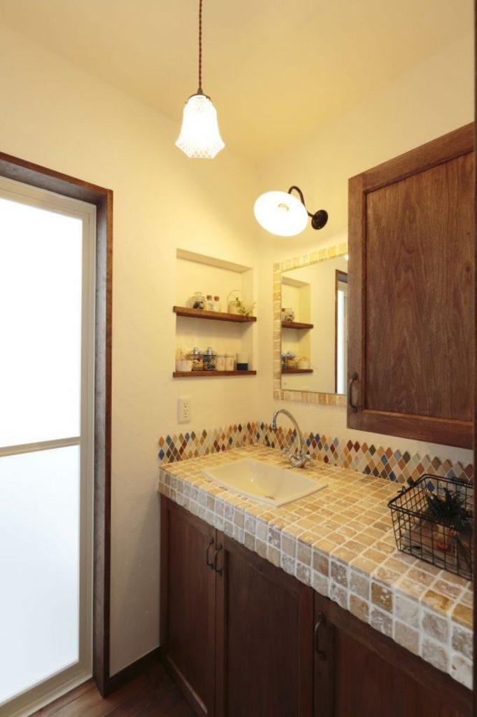 こだわりのタイルやレトロな風合いの収納扉をあしらった洗面台