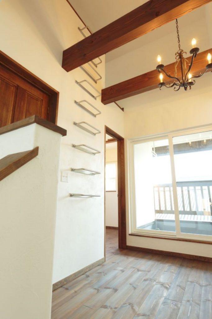 2階のフリースペース。壁面には梯子が取り付けられ、階上にはロフトが